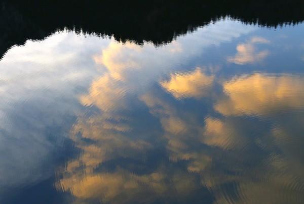 Rosa Wolken baden im See :-)